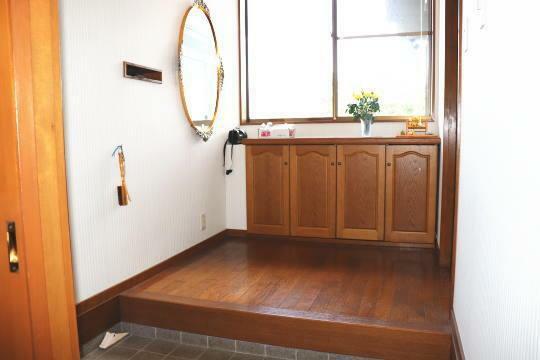 玄関 玄関には大きな収納があり、アウトドア用品やガーデニング用品なども片付きます