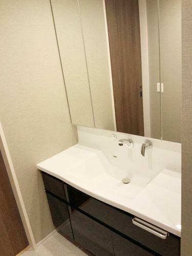 洗面化粧台 3面鏡で収納スペースも充実しています。