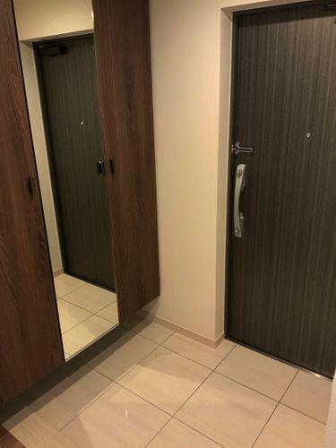 玄関 全身鏡や収納があるスタイリッシュな玄関。