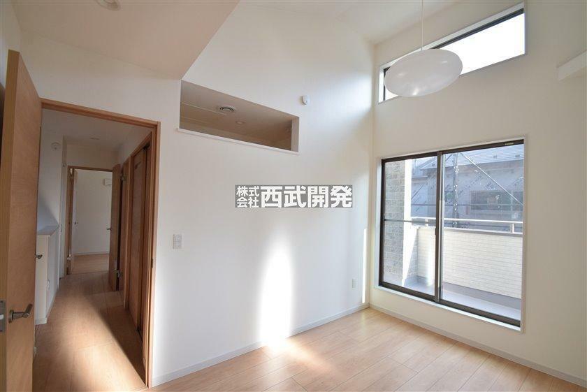 洋室 3号棟 リモートワーク室と空調がつながるように上部の壁を開けております