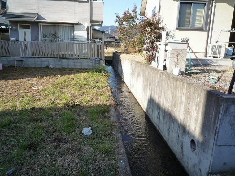 現況写真 敷地横には水路があるため、爽快感を感じられそうです。