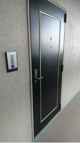 玄関 モニター付きインターホンあり。 急な来客でも室内から顔が確認できると安心です。