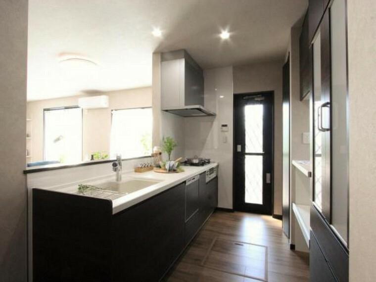 キッチン 対面式キッチンには容量たっぷりのカップボードとパントリー完備!!