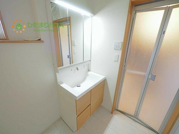 洗面化粧台 ゆったりとした洗面所には物入れを完備!タオルや洗剤をしまえます(^^)/