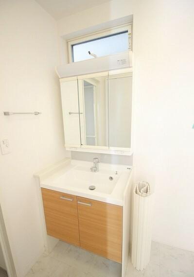 洗面化粧台 洗面台。鏡裏に収納有り。下の扉裏にも棚があるのも便利ですね。