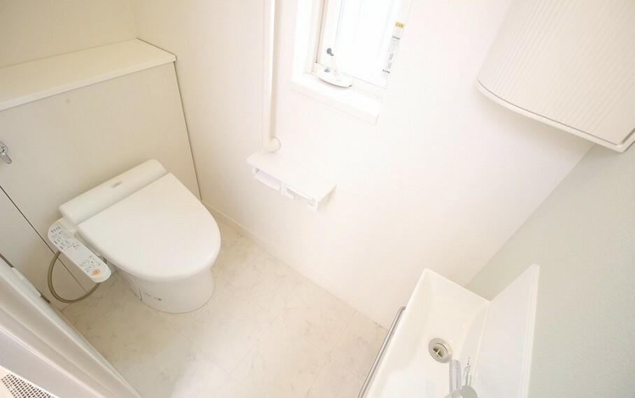 トイレ 手洗い場、洗浄機能有り。トイレットペーパーの収納ボックスがあります。