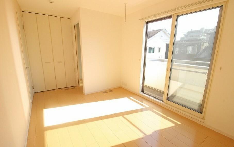 洋室 二階南側の居室。バルコニーへ出られます。室内干し設備があるため雨の日でも安心です。