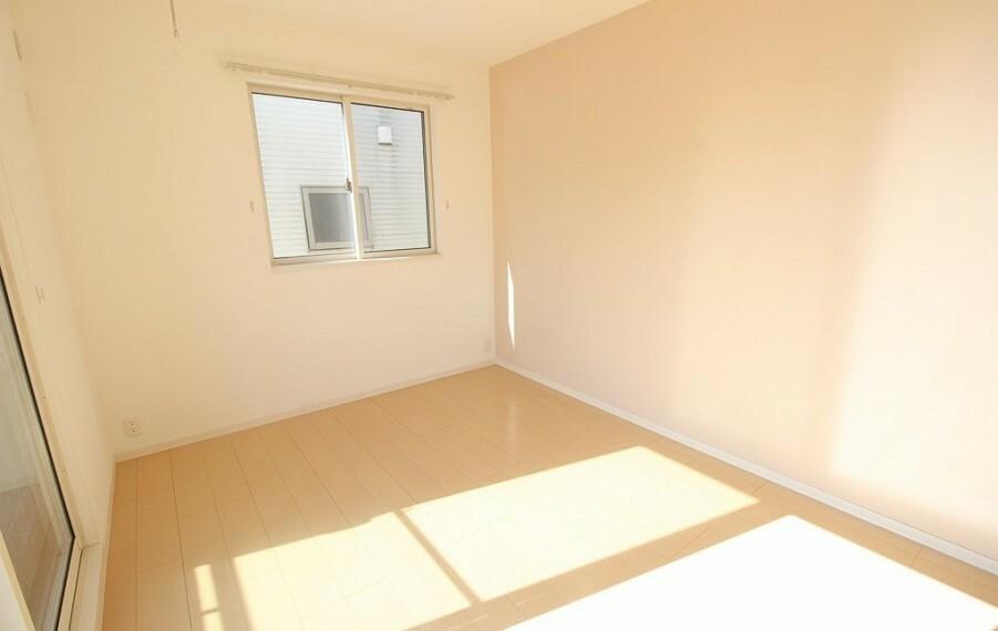 洋室 二階南側の居室。南西二面採光です。