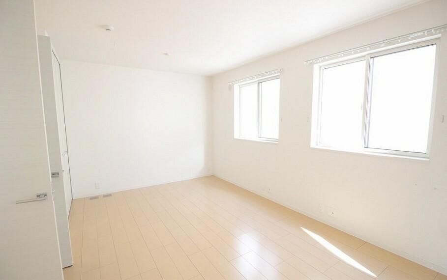 洋室 二階北西の居室。お子様の成長に合わせて部屋を仕切ることができます。