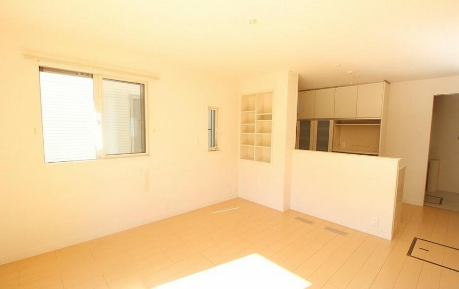 居間・リビング リビングの様子がうかがえるカウンターキッチン。カウンター横の収納棚は飾り棚としても使えます。