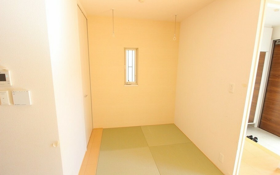 居間・リビング リビング内の和室。室内干しスペース有り。
