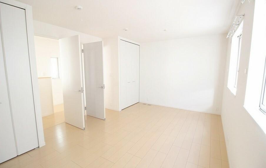 洋室 二階北西の居室。広い一部屋としての使用はもちろん、間仕切りで二部屋に分けることができます。