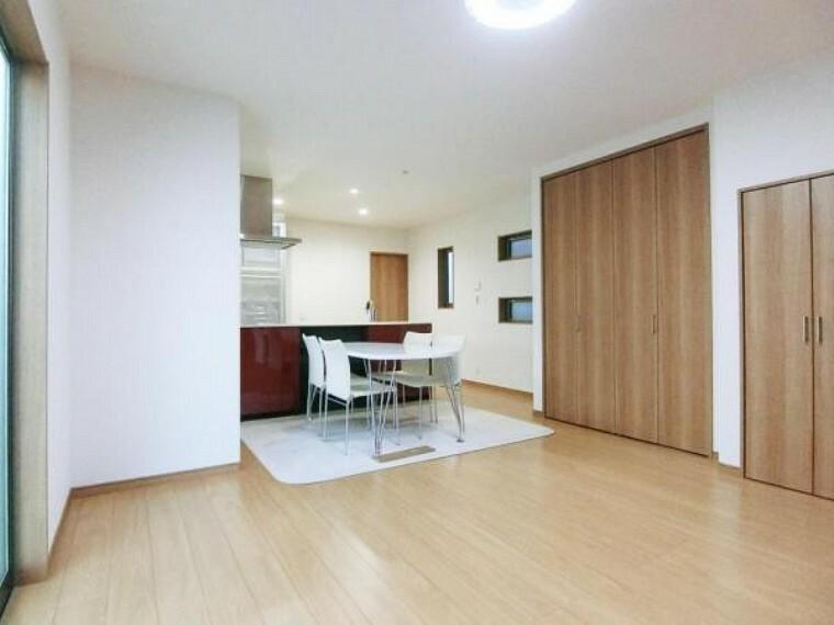 居間・リビング 家族の笑顔が集まる場所だから、十分なスペースと開放感をご用意いたしました。
