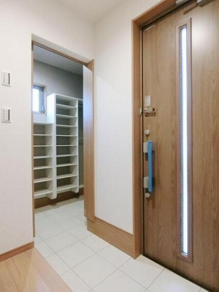玄関 シューズクロークは土間収納で、扉を閉めれば目隠しも出来るのでスッキリした玄関が片付きます。