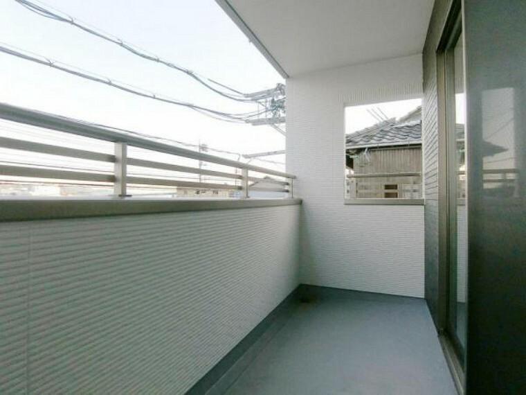 バルコニー 屋根のあるバルコニーは突然の雨でも安心です。
