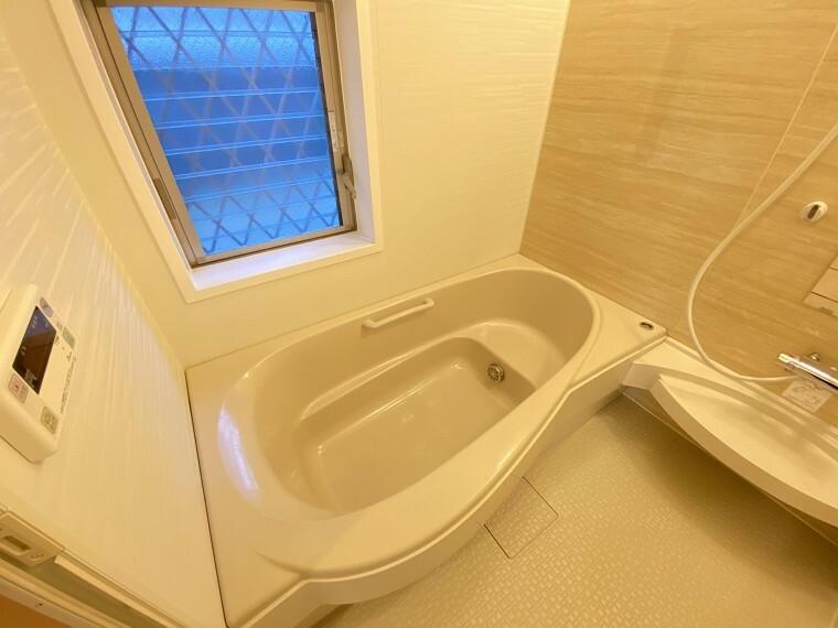 浴室 窓付きのバスルームは、採光もあり明るく気持ちの良い空間です。窓があることで、換気環境も良好。掃除もスムーズに出来ます。
