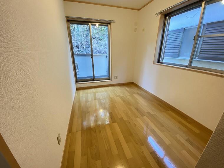 洋室 フローリングで統一されている2Fは掃除もしやすくいつも清潔に保てますね。