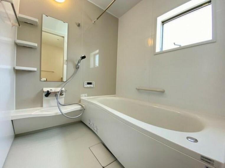 浴室 浴槽は環境にやさしい節水タイプを採用。浴槽内ステップで半身浴や親子入浴も楽しめるので、毎日のバスタイムをエコで素敵に演出してくれる小窓付きの浴室です