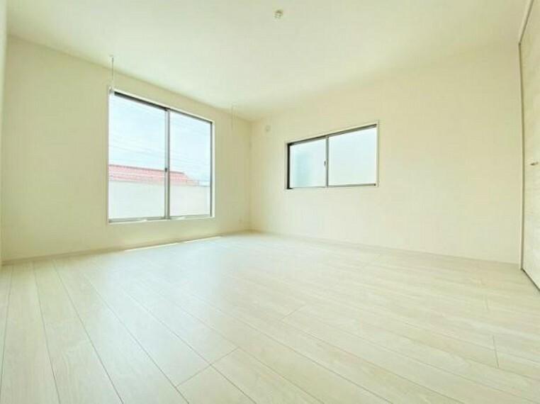 寝室 室内はシンプルな仕様となっており、それぞれの好みに合わせたインテリアで、趣味に合わせてレイアウトしやすくなっております。