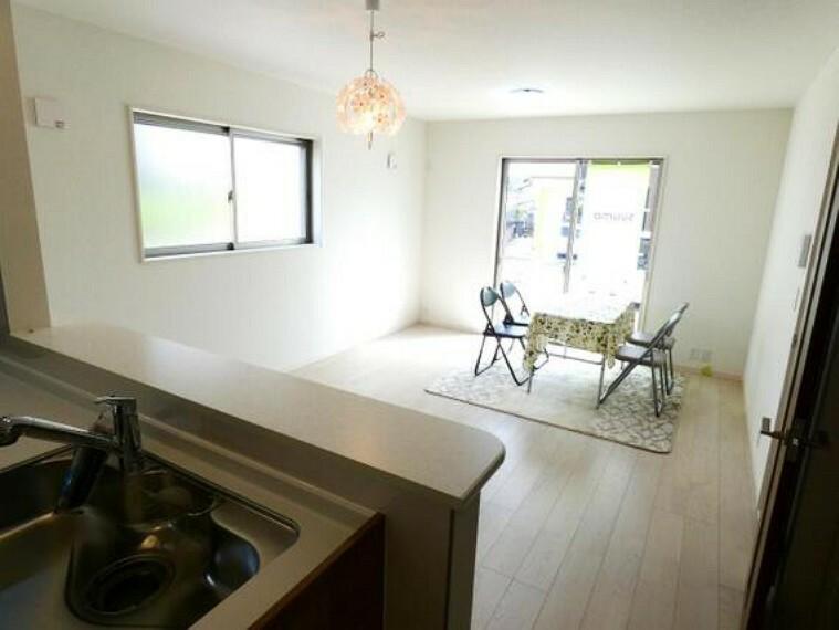 居間・リビング LDKはゆったり約15帖。家具を配置しやすい長方形型です。