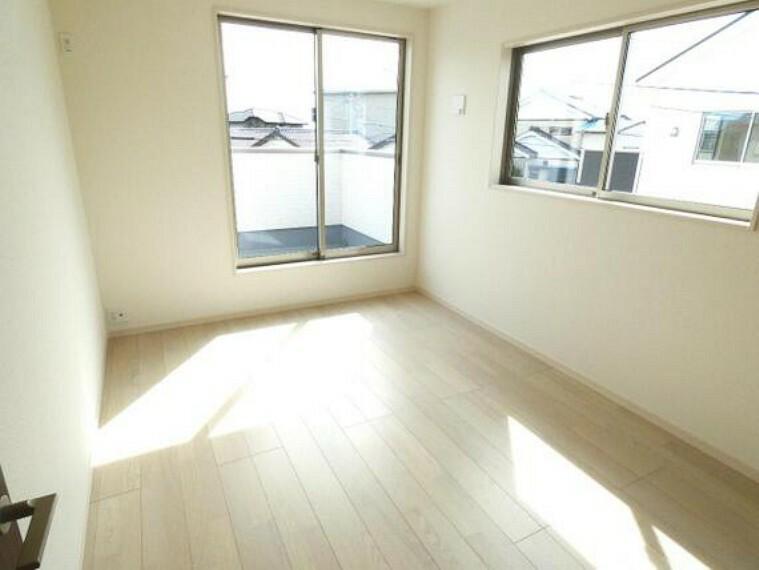 専用部・室内写真 窓が2ヶ所にある明るい洋室。バルコニーに出入りできるのも便利ですね。