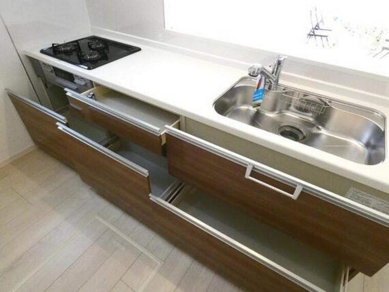 キッチン 出し入れ便利なスライド式収納。奥まで整理整頓できます。