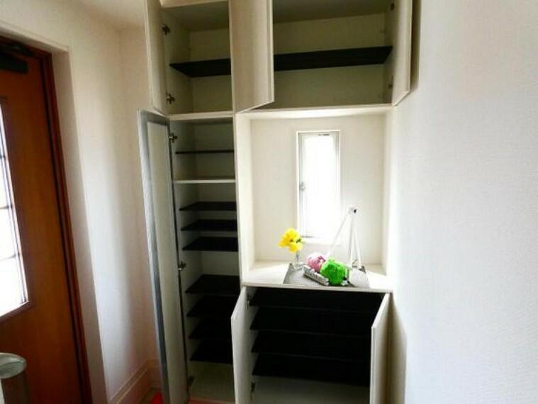 玄関 インテリアを置けるスペース付の玄関収納。靴や玄関まわりグッズをしっかり収納。