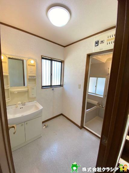 洗面化粧台 気持ちのいい朝をつくりだしてくれる洗面室はシンプルなデザインで仕上げられています(2020年4月撮影)