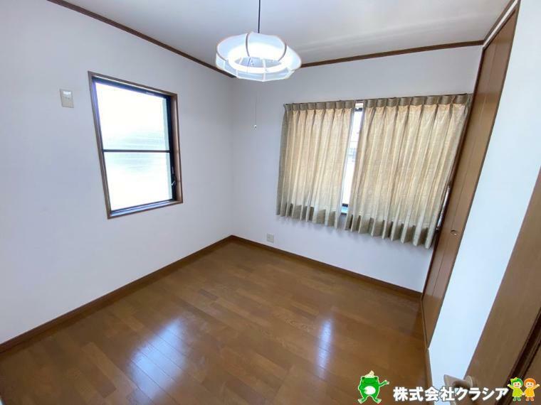 洋室 2階4.5帖の洋室です。飾りすぎない室内は、快適に過ごせる空間を自分自身で創り出すことできますね(2020年4月撮影)