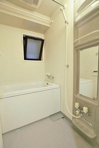 浴室 マンションには珍しい、浴室に窓付きになりますので、カビなどの心配はありませんね。