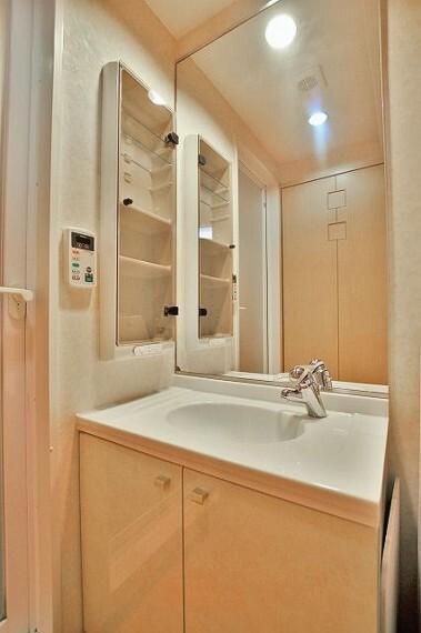 洗面化粧台 独立洗面台になります。洗面台下には豊富な収納が完備されております。