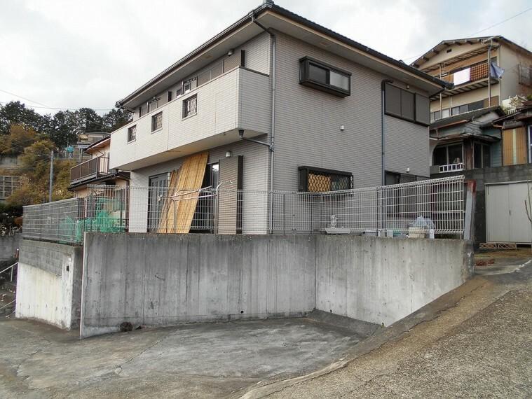 外観写真 駐車2台可能。玄関・浴室共有の二世帯住宅仕様のお住まいです。