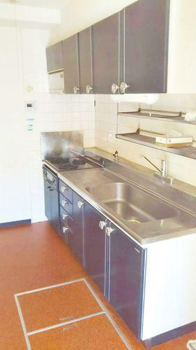 キッチン システムキッチン。キッチンには床下収納があります。