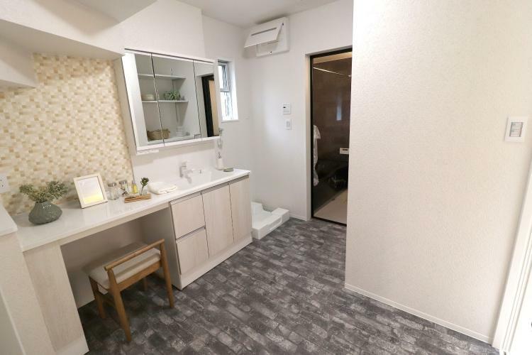 同仕様写真(内観) Y-Selectionモデルハウス 広~い洗面室!帰った時も玄関から直接入り、そのままリビングに出れる家事動線の優れた間取りです!ドレッサー付きの洗面台!