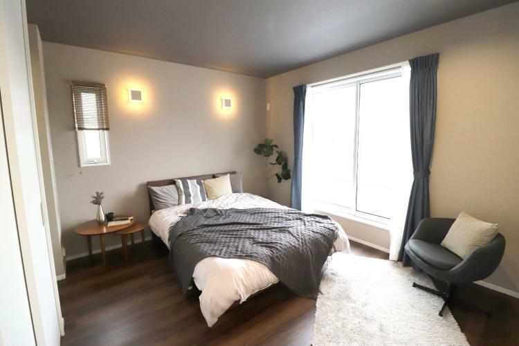 同仕様写真(内観) Y-Selectionモデルハウス シックな雰囲気の寝室では、リモコンのように取り外せるスイッチ付き!部屋のどこにいてもダウンライトの電気が消せます!南向きバルコニー有り!