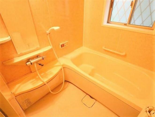 浴室 窓があり換気もバッチリ!オートバス機能付きの浴室です