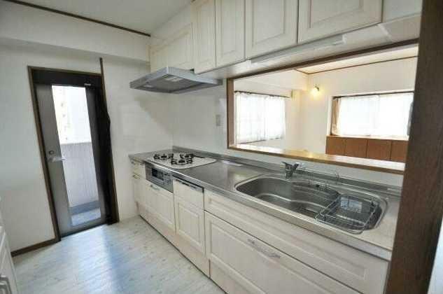キッチン 奥様に人気!東側バルコニーへの勝手口付!白を基調としたシステムキッチン!ビルトイン食洗機付!