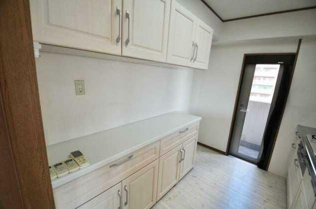 収納 キッチン背面には嬉しいカップボード付!東側バルコニーへの勝手口付!