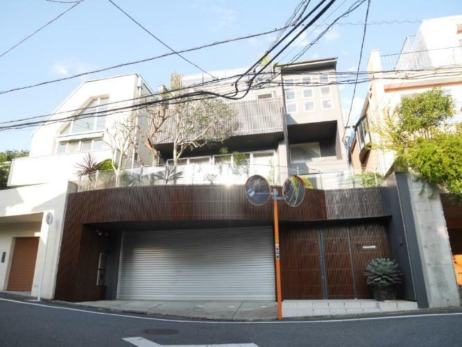 外観写真 木・鉄筋コンクリート造地下1階付3階建てです。