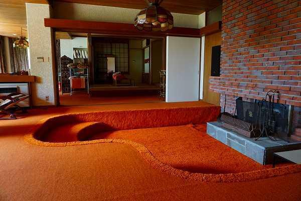 居間・リビング 大きい暖炉があり、その周りに腰掛けられうような造り