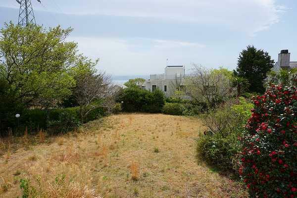 庭 広い芝庭が広がり、相模湾も遠望できます