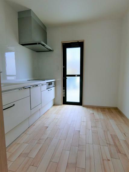 キッチン ドアを閉めたら仕切れるキッチンなので急な来客でも慌てません。