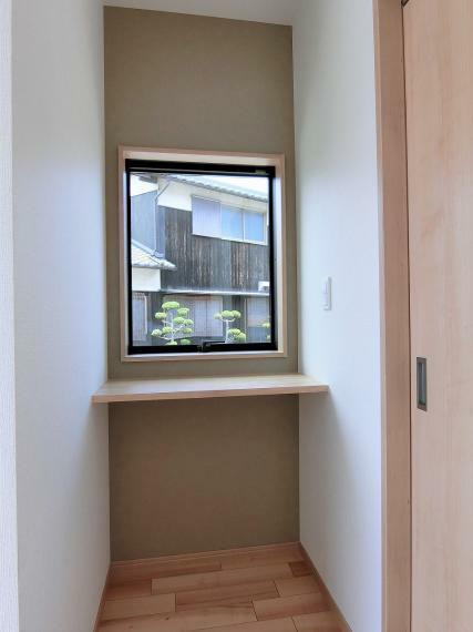 玄関 暗くなりがちな玄関も大きな窓で明るくなります