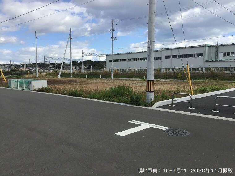 現況写真 現地写真:10-7号地(2020年11月撮影)前面道路幅員は6m。南西には4mの遊歩道があり、開放的な間取りが可能です。