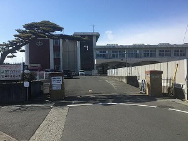 小学校 福島市立平野小学校まで約1030 m(徒歩13分)。お子様も無理なく通えます。西隣には「ひらの幼稚園」も隣接しています。(2019年5月撮影)