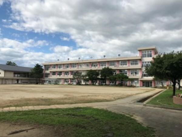 小学校 現地1号地を起点に約850m 徒歩11分(2019年9月撮影) 「未来への夢や目標を持ち、心豊かで、たくましい自動の育成」を目標に教育が進められています。
