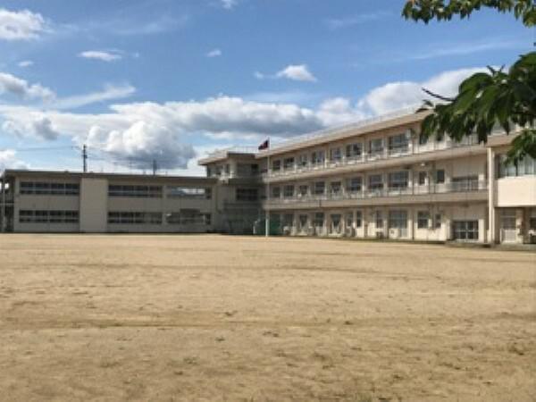 中学校 現地1号地を起点に約1300m 徒歩17分(2019年9月撮影) 「自学」「共生」「自立」を目標に生徒の可能性を育てる教育が進められています。