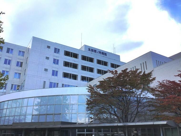病院 現地1号地を起点に約1000m 徒歩13分(2020年10月撮影) いざという時にも安心の総合病院です。ご家族の健やかな暮らしを力強くサポートします。