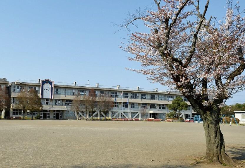 小学校 児童数695名(平成30年4月1日時点)の寿小学校。近隣の笠原小・中学校とも連携し、小中学校の9年間の教育に取り組んでいます。 分譲地から1300m(徒歩17分) ※写真撮影:2020年3月