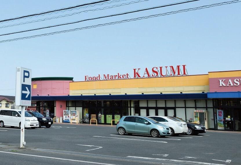 スーパー 分譲地から歩いて2分のスーパーマーケット「カスミ」です。 店内には ベーカリーもあります。 営業時間も24時までと比較的長いスーパーです。 分譲地から110m(徒歩2分)※写真撮影:2020年3月